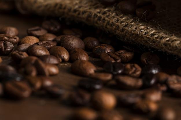 Chicchi di caffè sulla scrivania in legno