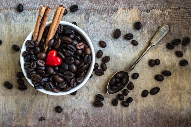 Chicchi di caffè sulla vista rustica del piano d'appoggio