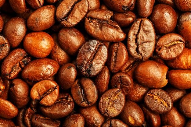 Chicchi di caffè tostati freschi e aromatici