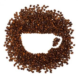 Chicchi di caffè tostati su bianco. spazio per il testo a forma di tazza di caffè