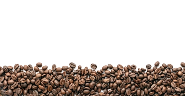 Chicchi di caffè tostato su sfondo bianco. avvicinamento.