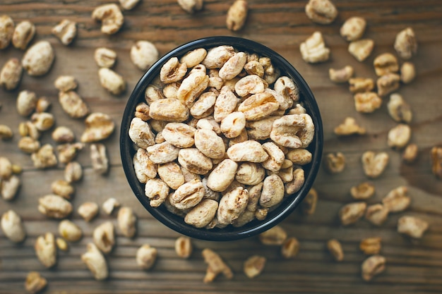 Chicchi di grano in ciotola e popcorn di grano in ciotola, seme di grano rustico