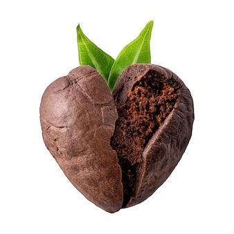 Chicco di caffè a forma di cuore con foglie verdi