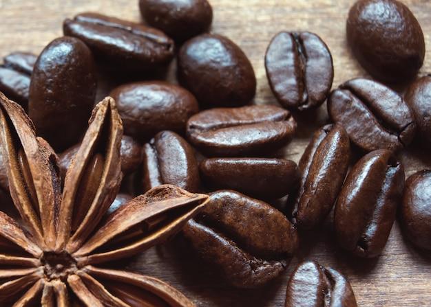 Chicco di caffè, anis sulla tavola di legno marrone. flat lay senza persone