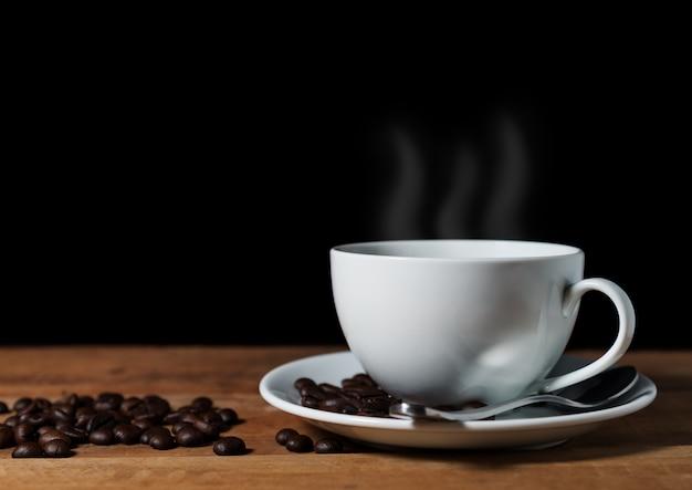 Chicco di caffè d'annata su di legno marrone