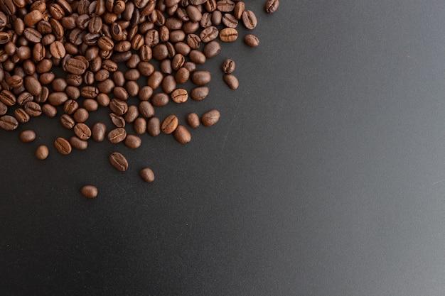 Chicco di caffè del primo piano su fondo nero