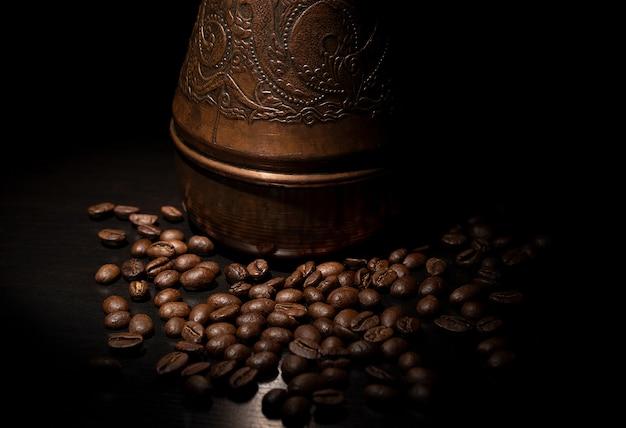 Chicco di caffè in caffettiera turca