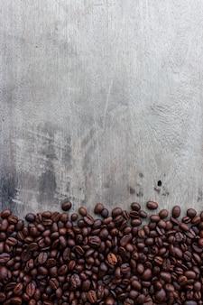 Chicco di caffè su fondo di legno. vista dall'alto