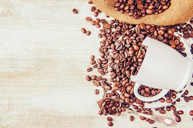 Chicco di caffe. una tazza di caffè. messa a fuoco selettiva.