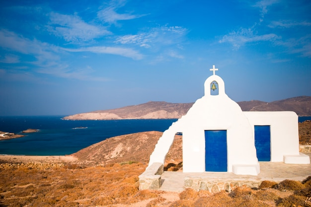Chiesa bianca tradizionale con vista sul mare nell'isola di mykonos, in grecia