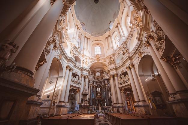 Chiesa cattolica all'interno della città di leopoli, chiesa domenicana