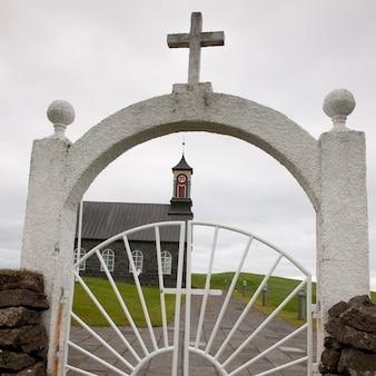 Chiesa cristiana attraverso il cancello di ferro