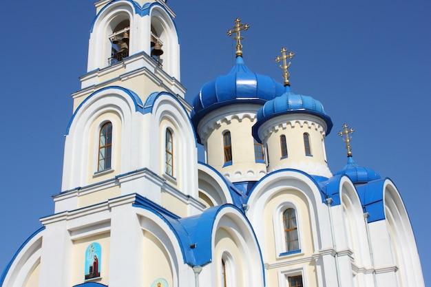 Chiesa cristiana con cupole blu scuro di colore bianco contro il cielo blu scuro