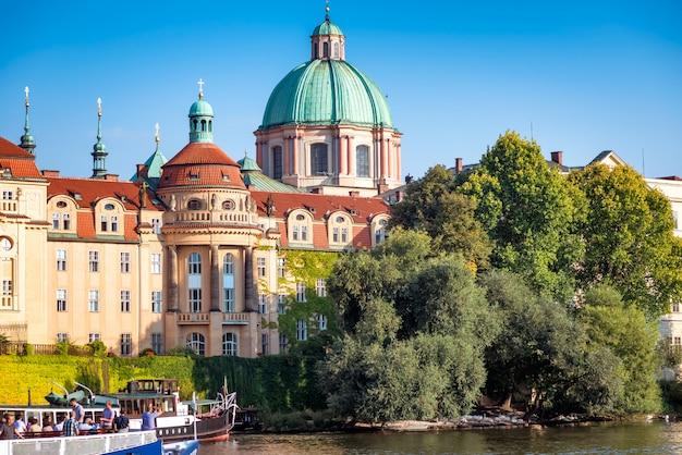 Chiesa di san francesco d'assisi vista dall'altra parte del fiume moldava. praga, repubblica ceca.