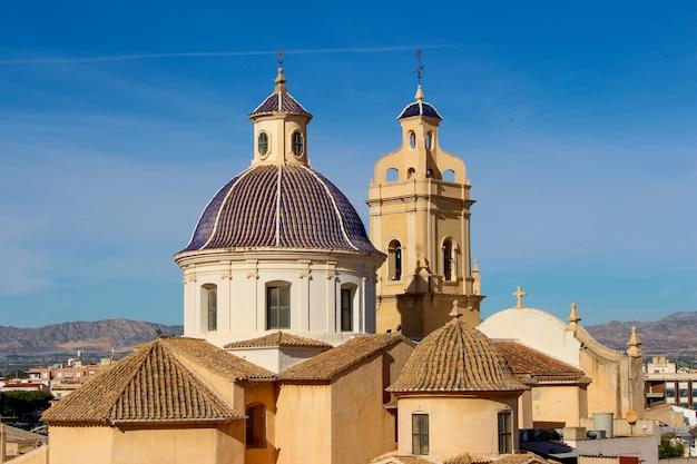 Chiesa di san juan e il castello di cox in vega baja, alicante, spagna