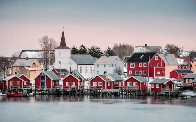 Chiesa nel villaggio nordico sulla costa di reine