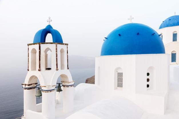 Chiesa ortodossa con cupola blu a santorini
