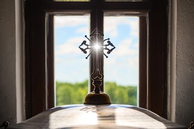 Chiesa ortodossa croce di fronte alla finestra
