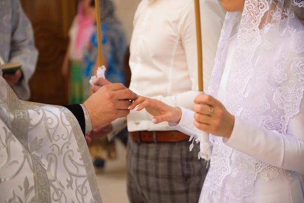 Chiesa russa. sposi in chiesa durante la cerimonia del matrimonio cristiano.