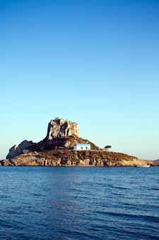 Chiesa sull'isola di kastri nel mar mediterraneo