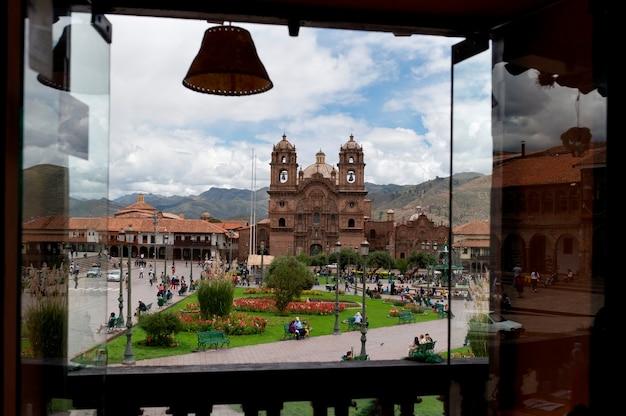 Chiesa vista attraverso un balcone, chiesa della compania di gesù, plaza de armas, cuzco, perù