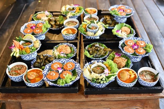 Chili e curry di verdure fresche sono serviti per turisti stranieri.