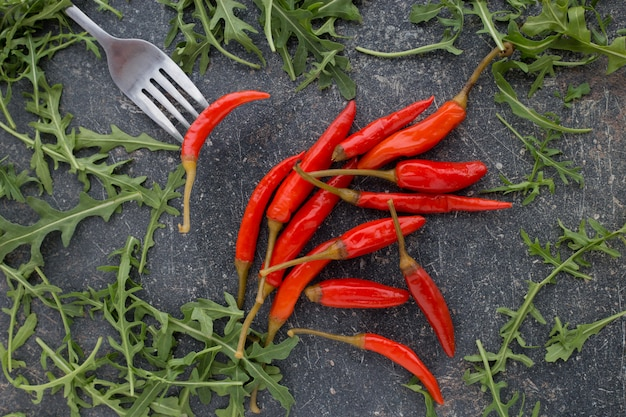 Chili peppers con verdi sul nero