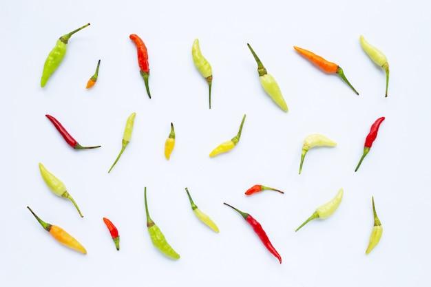 Chili peppers su bianco.