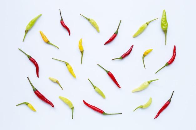 Chili peppers su bianco