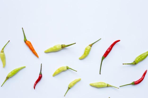 Chili peppers su sfondo bianco.