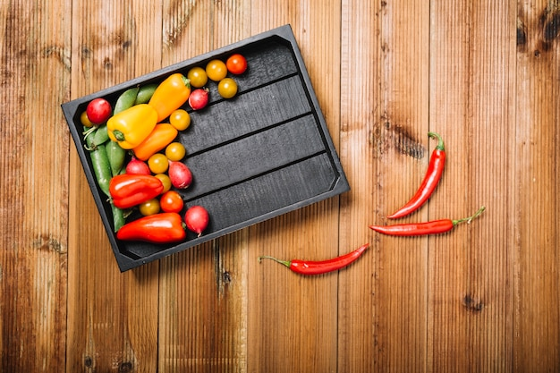 Chili peppers vicino a pallet con verdure