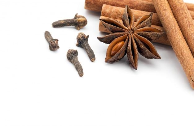 Chiodi di garofano, anice e cannella
