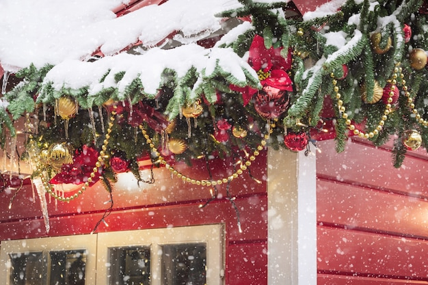 Chiosco rosso decorativo tradizionale per officina e vendita regali di natale fatti a mano.