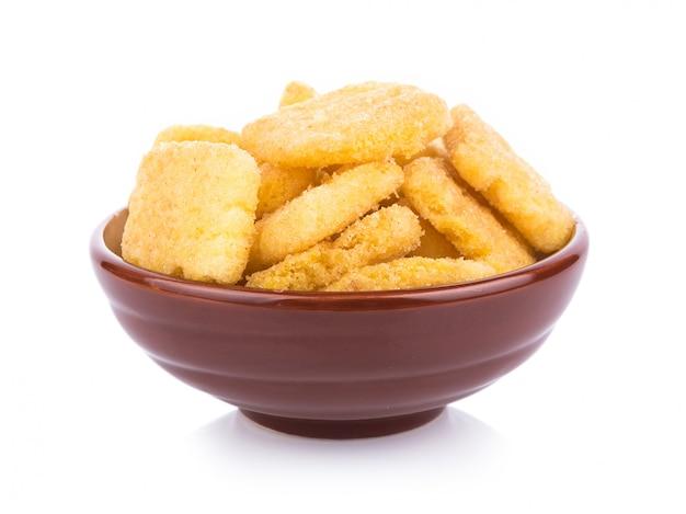 Chip di cereale isolati in ciotola su bianco