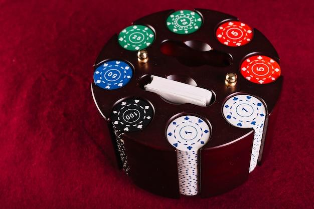 Chip di poker colorato impostato nel caso della giostra