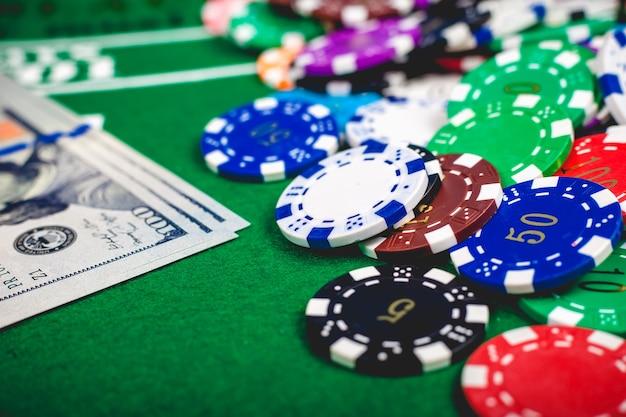 Chip e banconote di mazza sulla tabella in casinò