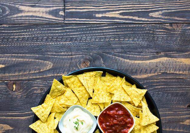 Chip messicani dei nachos su superficie di legno