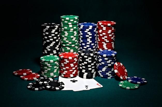 Chip per poker con coppia di assi