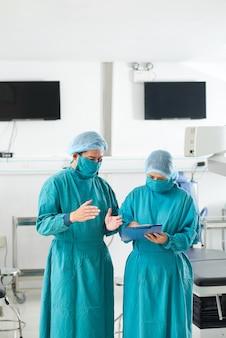 Chirurghi che discutono del documento
