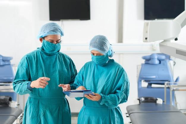 Chirurghi che discutono della storia medica