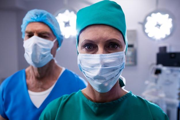 Chirurghi che indossano la maschera chirurgica nel teatro in funzione