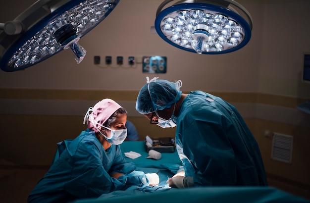 Chirurghi e infermiere durante un intervento chirurgico