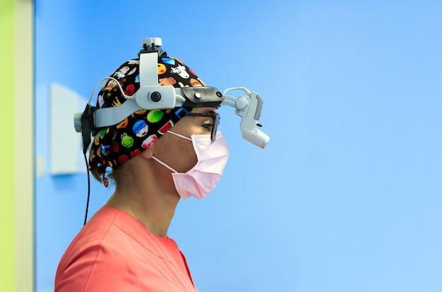 Chirurgo femminile con una stanza in funzione della lente d'ingrandimento