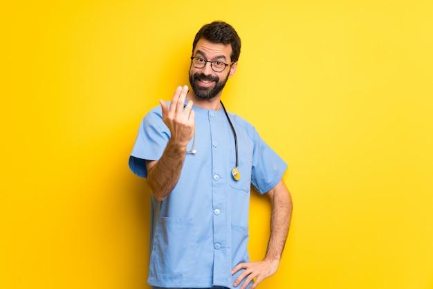 Chirurgo medico uomo che invita a venire con la mano. felice che tu sia venuto