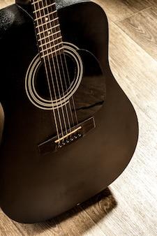 Chitarra acustica in bianco e nero la sala della musica