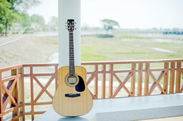 Chitarra acustica, strumenti musicali per persone che amano la musica, concetti di chitarra