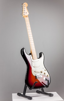 Chitarra elettrica su grigio