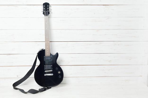 Chitarra elettrica sulla vecchia superficie di legno