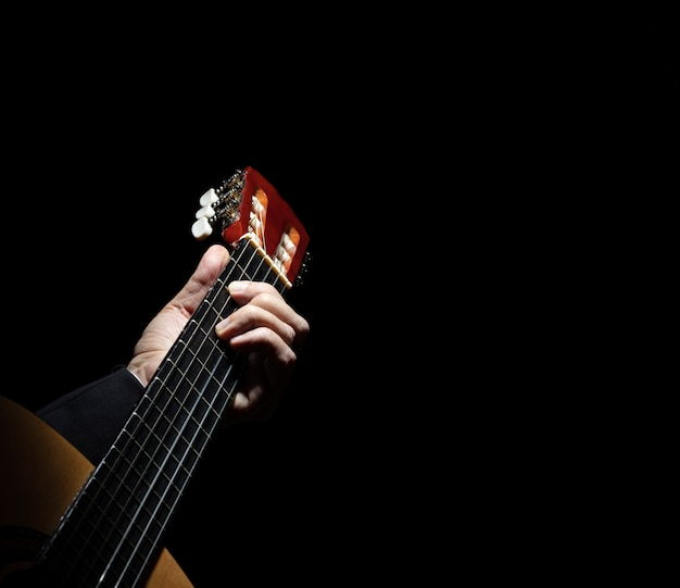 Chitarra spagnola sul nero