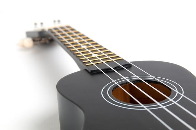Chitarra ukulele nera su bianco